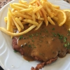 Pfefferschnitzel vom Schweinerücken mit Pommes Frites und gemischtem Salat (9,90€)