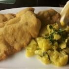 Foto zu DesTill'e: Wiener Schnitzel vom Kalbsrücken mit hausgemachtem Kartoffel-Gurken-Salat