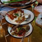 Foto zu Neni · Altes Hafenamt · 25hours Hotel: Best of Neni - Baharat Chicken Skewers, Neni-Style Kebab, gegrilltes Gemüse