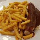 Foto zu LEONHARD*S: Currywurst mit Pommes,  Wurst leider nur lauwarm.