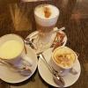 einen Latte Macchiato für 3,00 €, einen Cappuccino Italiano für 2,40 € sowie eine Weiße Schokolade für 2,80 €