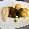 Geschmorte Kalbsbacke mit Parmesan-Tortelloni und Selleriepüree