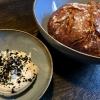 Hausgebackenes Sauerteigbrot mit aufgeschäumter Butter