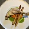 Confierte Hühnerkeule von Odefey & Töchter mit Yuzu-Karottenpüree, karamellisiertem Spargel und Petersilie Beurre Blanc