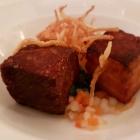 Foto zu Restaurant Weinhaus Uhle: Tüften un Plum: Ochsenschwanz, krosser Bauch vom Apfelschwein, Pflaume, Ochsenbouillon