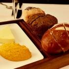 Foto zu Restaurant Weinhaus Uhle: Salzbutter und Karottencreme zum Brot