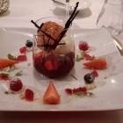 Foto zu Zum blauen Fuchs: Rhabarber Erdbeerkompott mit weißem Schokoladeneis