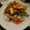 Griechische Schnitzel-ein großes Schweinerückenschnitzel, gefüllt mit Hirtenkäse und Zwiebel, nach griechischer Art gewürzt, dazu Tzatziki und Kartoffelspalten für 13,90 €