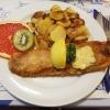 gebratenes Welsfilet mit Kräuterbutter, Bratkartoffeln und Salatbeilage für je 13,90 €