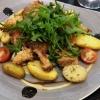 Vegetarische Austernpilzschnitzel mit Spargel, Frühlingszwiebelgemüse und Rosmarinkartoffeln