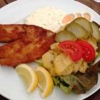 Foto zu Zum Weißen Ross: Das Tagesgericht mit Originalbeilage warmer Kartoffelsalat