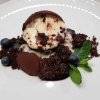 Schokoladenbrownie, aufgebrochene Vanillesphere, Schokoladenerde, glasierte Feigen
