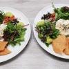 Wildkräutersalat mit Taschenkrebs, Tomaten und Fenchel, dazu Avocadocréme und Papadam