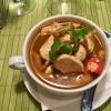 Tom yam Ghai, eine klare scharfe Hühnersuppe mit Champignons, Zitronengras, Koriander, Limettenblättern und Cherrytomaten