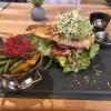 Burger mit Avocados und Lachs