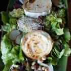 Foto zu Rüsselsheimer Bräu: Gebackener Schafskäse mit Oliven, Zwiebeln und Knoblauch