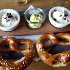 Foto zu Rüsselsheimer Bräu: Uffstrich  mit Spundekäs,Schneegestöber, 2 Brezel und Butter