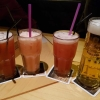 Die Getränke: 0,5ér Radeberger Pilsner für 3,90 € sowie Planter´s Punch-weißer und brauner Rum, mit Zitronensaft, Grenadine, Orangensaft und Ananassaft für 8,50 € und alkoholfreien Strawberry Colada-Coconut Cream mit Sahne, Erdbeersirup, Zitronensaft und