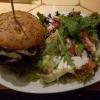 """""""Caesar Burger""""-       Saftige Hähnchenbrust im Focacciabrötchen mit Salat, Rucola, Parmesan, Tomaten und Kräuter-Snacksauce, serviert mit buntem Salat für 8,50 €"""