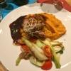 Barbarie Entenbrust, Süßkartoffelpüree, Lauchzwiebeln, rote Zwiebeln, Kirschtomaten