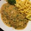 Pfefferschnitzel mit Pfeffer-Sahne-Sauce und Pommes (12,00€)
