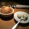 Hausgebackenes Brot mit aufgeschlagener Butter.