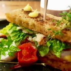 Foto zu Culinaria: Forellensandwich, Safran-Mayo, Vulcano Tomaten mit Mozzarella