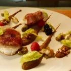 Foto zu Culinaria: Ziegenkäse, Röstzwiebelcrème, Bacon, Birne, Pinienkerne