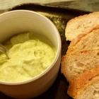 Foto zu Culinaria: Leichter Dill-Petersilien-Quark, hausgebackenes Brot