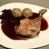 entenkeule. aus frankreich. sous vide gegart. madeira-rotkraut-roulade. beifuß-jus. maronenknödel mit speck und schnittlauch.