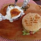 Foto zu Die neuen Bürgerstuben: Burger und Kartoffel mit Sour Creme