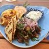 Gyros mit hausgemachten frittierten Kartoffeln, roten Zwiebeln, einem pikanten Feta-Dip, Zaziki und selbstgemachtem Pita-Brot