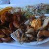 Streifen von gebratenem Hähnchenfleisch mit Kartoffel-Wedges …