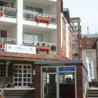 Foto zu Pizzeria-Trattoria Il Pastaio: Frontansich incl. der seitlichen Terasse hinter dem Parkhaus Ein-/Ausgang