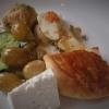 Teller mit Gemüse, Ei und Gebäck