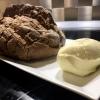 Roggen-Sauerteigbrot & aufgeschlagene Butter