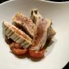 Thunfisch - medium gegrillt - mit geschmolzenen Tomaten und Kalamata Oliven