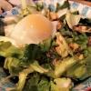 Endiviensalat mit pochiertem Ei, Speck und Kartoffelcroutons