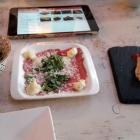Foto zu Trüffelschwein: Ceasar's Salat/Carpaccio mitTrüffelaioli/Jerk Chicken mit Sriracha Ketschup