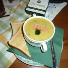 Foto zu Zum Mühlenwirt: Bärlauch-Senfsuppe mit Lachsstreifen