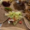 Köstliche Wots auf fluffigen Injeras - hier wird mit den Händen gespeist!