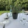 eingedeckter Tisch mit weißer Tischdecke, Hotelbesteck und hochwertigen Papierservietten