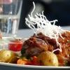 Gebratenes Rumpsteak mit Zwiebelmarmelade , Dornfelderjus, Grillgemüse und Winzerkartoffeln mit Schmand
