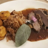 Wildschweinrücken mit Spitzkohl und Speck-Kartoffel-Taler