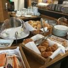 Foto zu Hotel Brunnenhaus Schloss Landau: Ausschnitt Frühstücksbuffet