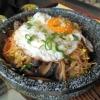 Gebratenes Rindfleisch auf Reis und Gemüse (vor dem Unterheben der Chili-Sauce)