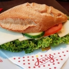 Foto zu Café Jung am Markt: Frisch belegtes Brötchen mit Käse