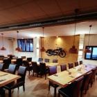 Foto zu Restaurant Völlerei 5: Eichentische Marke Eigenbau
