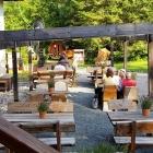 Foto zu Kosi Restaurant und Weinwirtschaft: Rustikale Außenbestuhlung