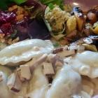 Foto zu Löblich: Ravioli, Sauce Stroganoff mit Pilzen und Tofu, geröstetes Gemüse, Hummus, Salat